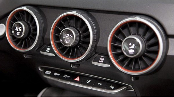 Bật điều hòa xe ô tô khi không chạy có gây hại không?