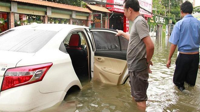 Nội thất ô tô bị ngấm nước phải làm gì?