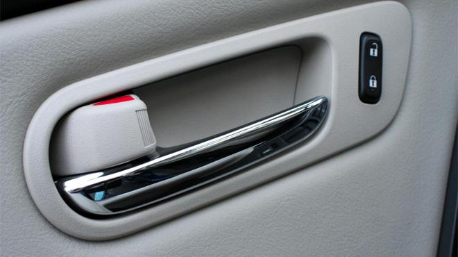 Cách khóa cửa xe ô tô an toàn