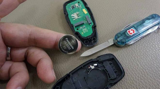 Dấu hiệu nào cần phải thay pin chìa khóa ô tô